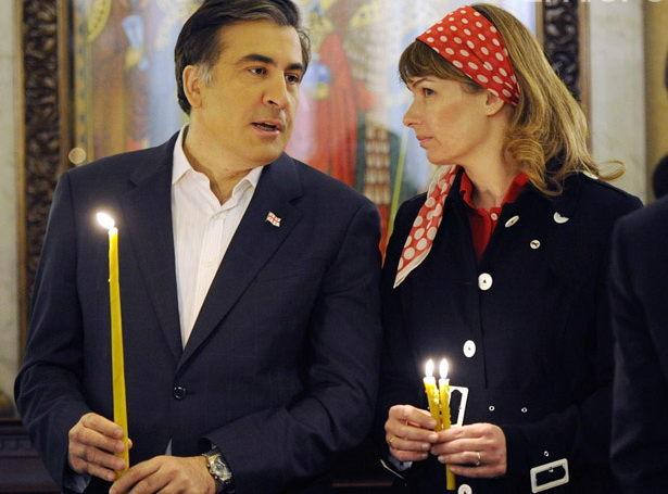 epa02700147 Georgia's President Mikheil Saakashvili (L) and his wife Sandra Roelofs attend an Orthodox Easter service at Holy Trinity Cathedral in Tbilisi, Georgia early 24 April 2011. Orthodox Christian believers mark the Holy Week of Easter in celebration of the crucifixion and resurrection of Jesus Christ. The Greek Orthodox world celebrates Easter Day according to the old Julian calendar.  EPA/IRAKLI GEDENIDZE