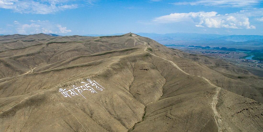 На горе в Туве из камней выложена самая большая буддийская мантра Ом мани бадмэ хум