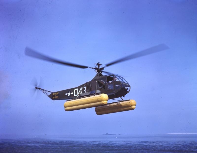 Оборудованный понтонами вертолет Сикорски R-4B (Sikorsky R-4B) береговой охраны США в полете.