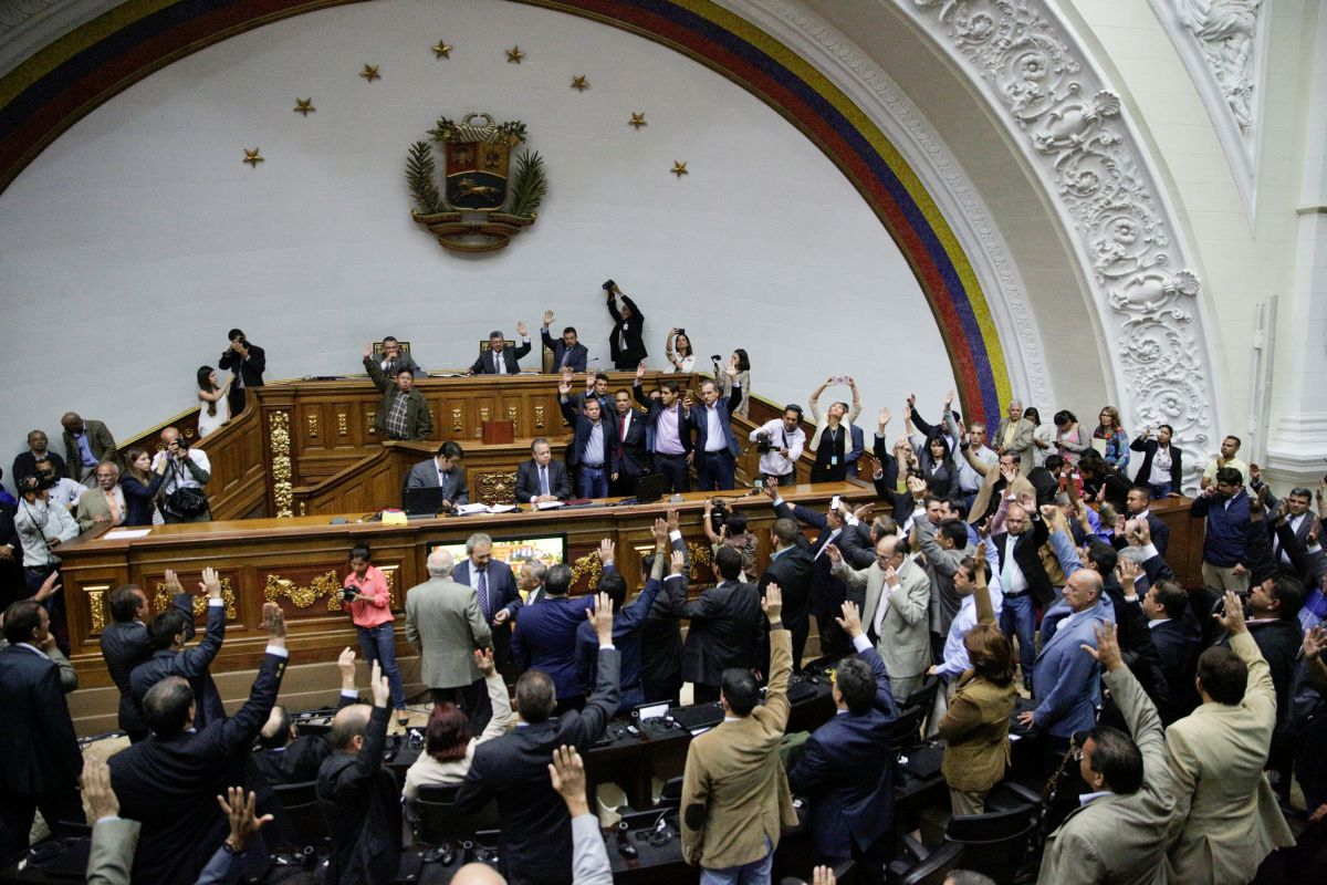 парламент Венесуэлы голосует за начало процедуры импичмента Мадуро