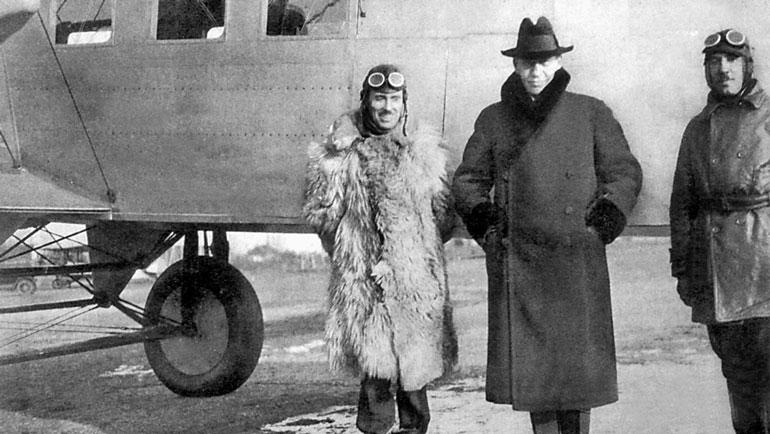 Рахманинов (в шляпе) и и Сикорский (справа) возле самолёта С-29А