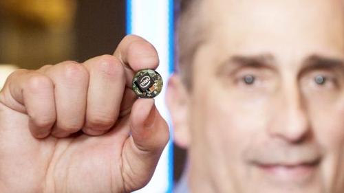 Глава Intel Брайан Кржанич демонстрирует чип Curie